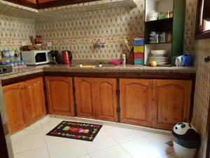A kitchen or kitchenette at Zwina Appart: A Small, Cozy Family Nest