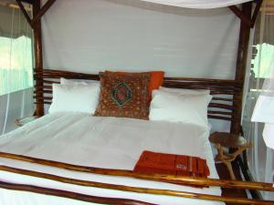 A bed or beds in a room at Muweti Bush Lodge