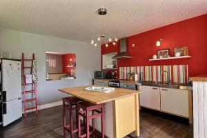 A kitchen or kitchenette at Holiday home Le Gite de Kerneuil