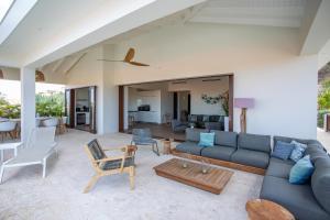 Uma área de estar em Blue Bay Exclusive