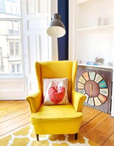 A seating area at Unwind At A Tranquil, Quirky Flat in West End