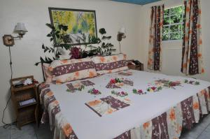 A bed or beds in a room at Hummingbird Beach Resort