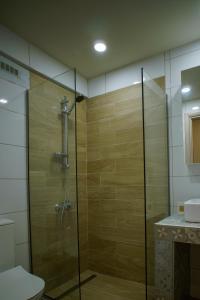 Ένα μπάνιο στο Sandika apartments