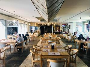 Een restaurant of ander eetgelegenheid bij Ramee Guestline Hotel