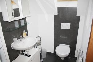 A bathroom at Hermann's Neue Post