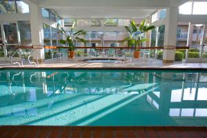 The swimming pool at or near Courtyard by Marriott San Mateo Foster City