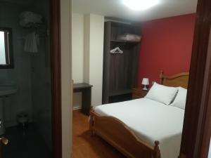 A bed or beds in a room at Pensión Restaurante Casa Camiño II