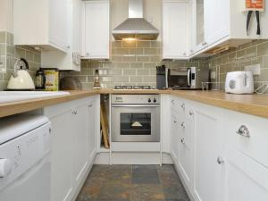 A kitchen or kitchenette at Pebble Cottage