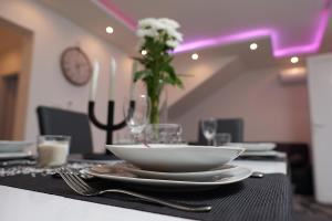 A restaurant or other place to eat at Apartments Adriapag