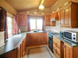 A kitchen or kitchenette at Pine Lodge