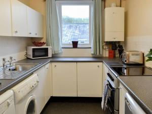 A kitchen or kitchenette at Smithy Cottage