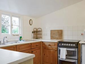 A kitchen or kitchenette at Quince Cottage