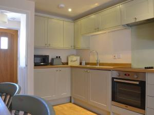 A kitchen or kitchenette at The Swallows