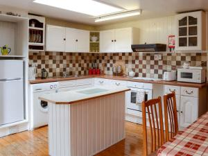 A kitchen or kitchenette at Dunbuie