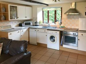 A kitchen or kitchenette at Colombo Cottage