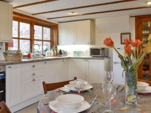 A kitchen or kitchenette at Willow Cottage