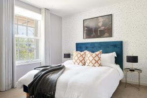 A bed or beds in a room at Sonder — Sloane Square