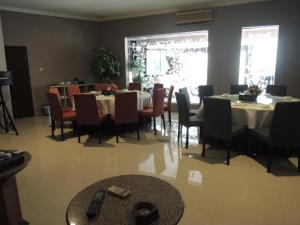 A restaurant or other place to eat at Hotel 55