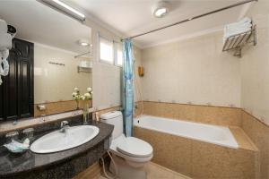 A bathroom at Little Diamond Hotel