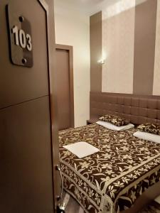 A bed or beds in a room at Hotel Alka