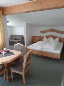 Ein Bett oder Betten in einem Zimmer der Unterkunft Heiterwanger Hof, Pizzeria La Dolce Vita