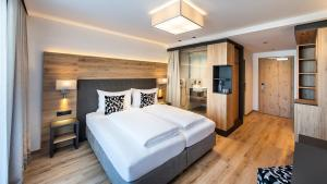 A bed or beds in a room at Hotel Modern Mountain
