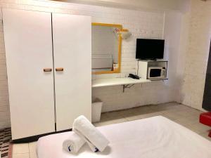 A bathroom at Marco Polo Motor Inn Sydney