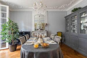 A restaurant or other place to eat at La Chambre Parisienne - B&B