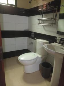 A bathroom at Buena's Haven Travelodge