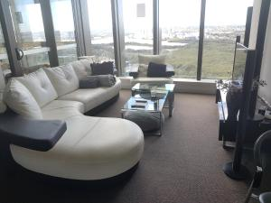 A seating area at Wonderful Multiple Bedroom Apartment