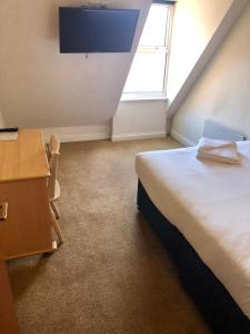 A bed or beds in a room at Reading Budget Apartments