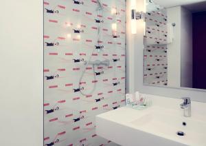 A bathroom at Mercure Honfleur