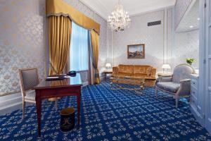 Ein Sitzbereich in der Unterkunft Hotel Metropole