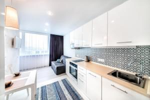 A kitchen or kitchenette at Apartment on Fastovskaya 29