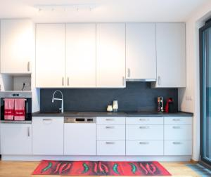 A kitchen or kitchenette at Cozy apartment with terrace