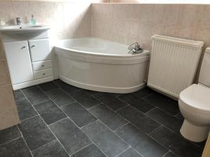 A bathroom at Craiglea Bed & Breakfast