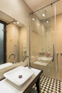 Ein Badezimmer in der Unterkunft Quentin Prague Hotel