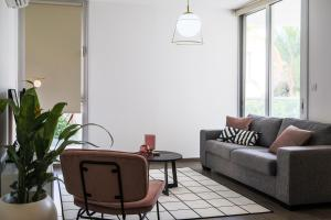 A seating area at Phaedrus Living City Centre Luxury Flat Anemone 103