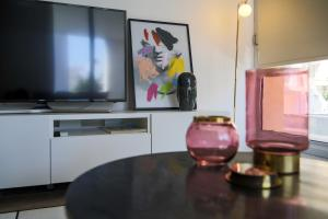 A television and/or entertainment center at Phaedrus Living City Centre Luxury Flat Anemone 103