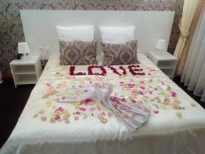 A bed or beds in a room at Hotel Best-Zuro
