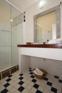 A bathroom at Pousada Costa do Sapê