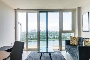 A seating area at 2 BR woodberry apartment with stunning views