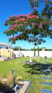 A garden outside Le 16, Vos Chambres d'Hôtes avec terrasses privées