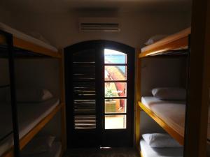 Uma ou mais camas em beliche em um quarto em Hostel Na Praia - Hospedagens e eventos