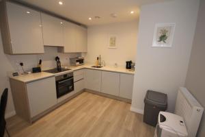 A kitchen or kitchenette at Uxbridge Court