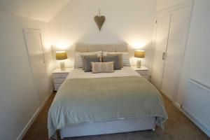 A bed or beds in a room at The Stable Loft at Loch Tummel