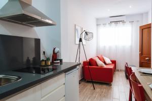 Una cocina o zona de cocina en Hostly SEVILLA CENTRO O'DONNELL B