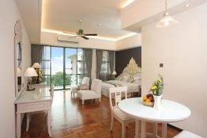 A seating area at Himawari Hotel Apartments