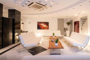 A seating area at Alantha Apartments