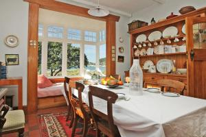 A restaurant or other place to eat at Beachfront Wellington Bed and Breakfast
